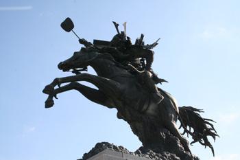 菊池武光公騎馬像(中村晋也作)菊池市民広場にて