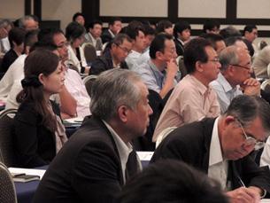 2日目の全体会で各分科会の報告を聞く参加者